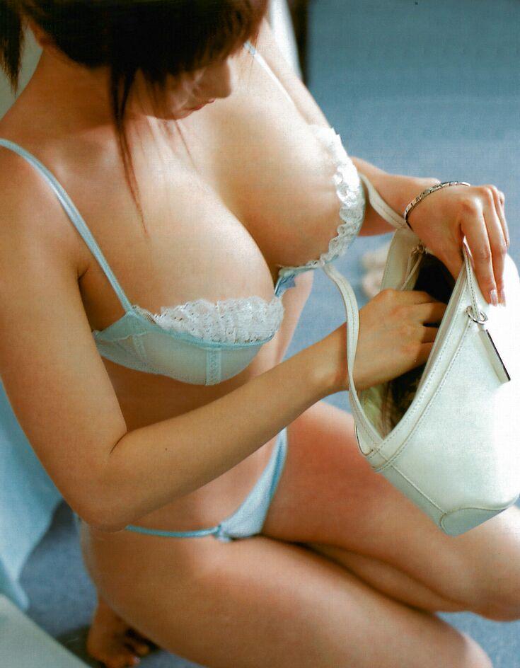 【着衣巨乳画像】ブラジャーが卑猥に演出した大きなおっぱい達www 01