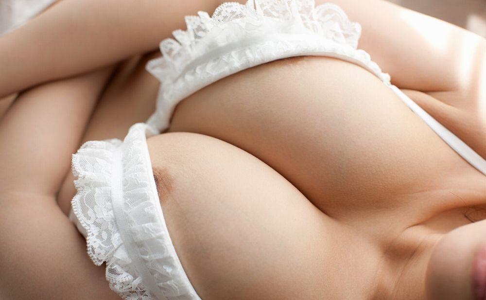 【着衣巨乳画像】ブラジャーが卑猥に演出した大きなおっぱい達www 02