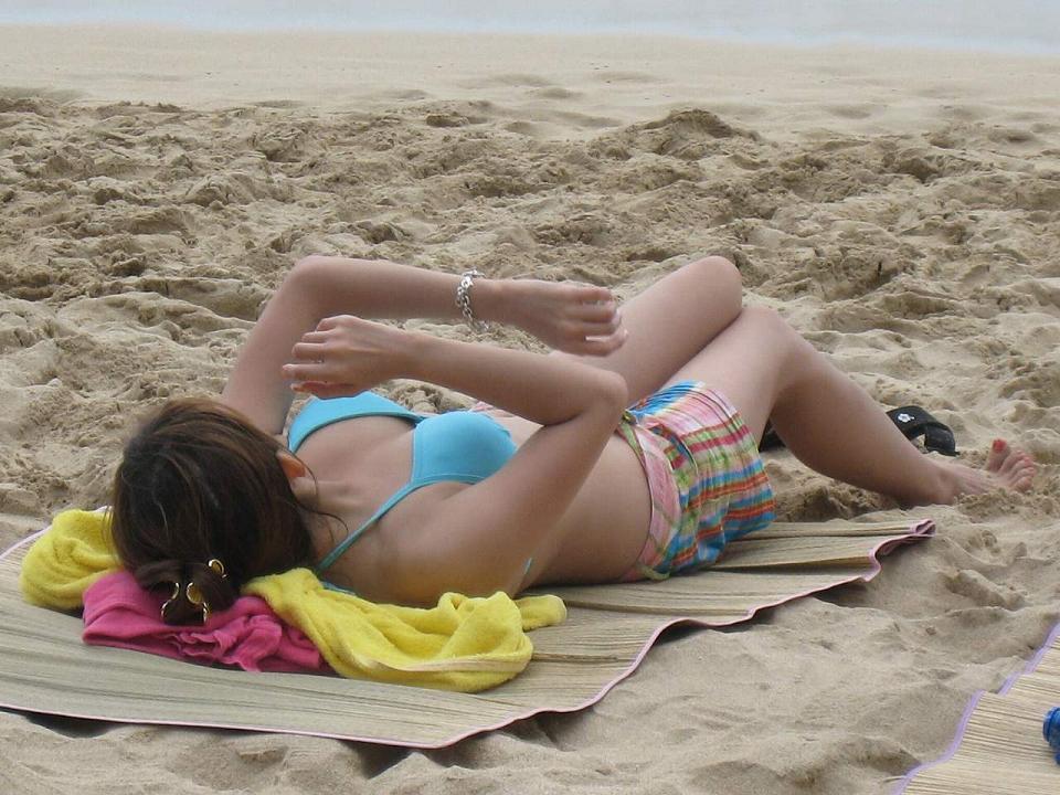 【水着画像】寝転んでまったり中の下半身を勝手に激撮! 11