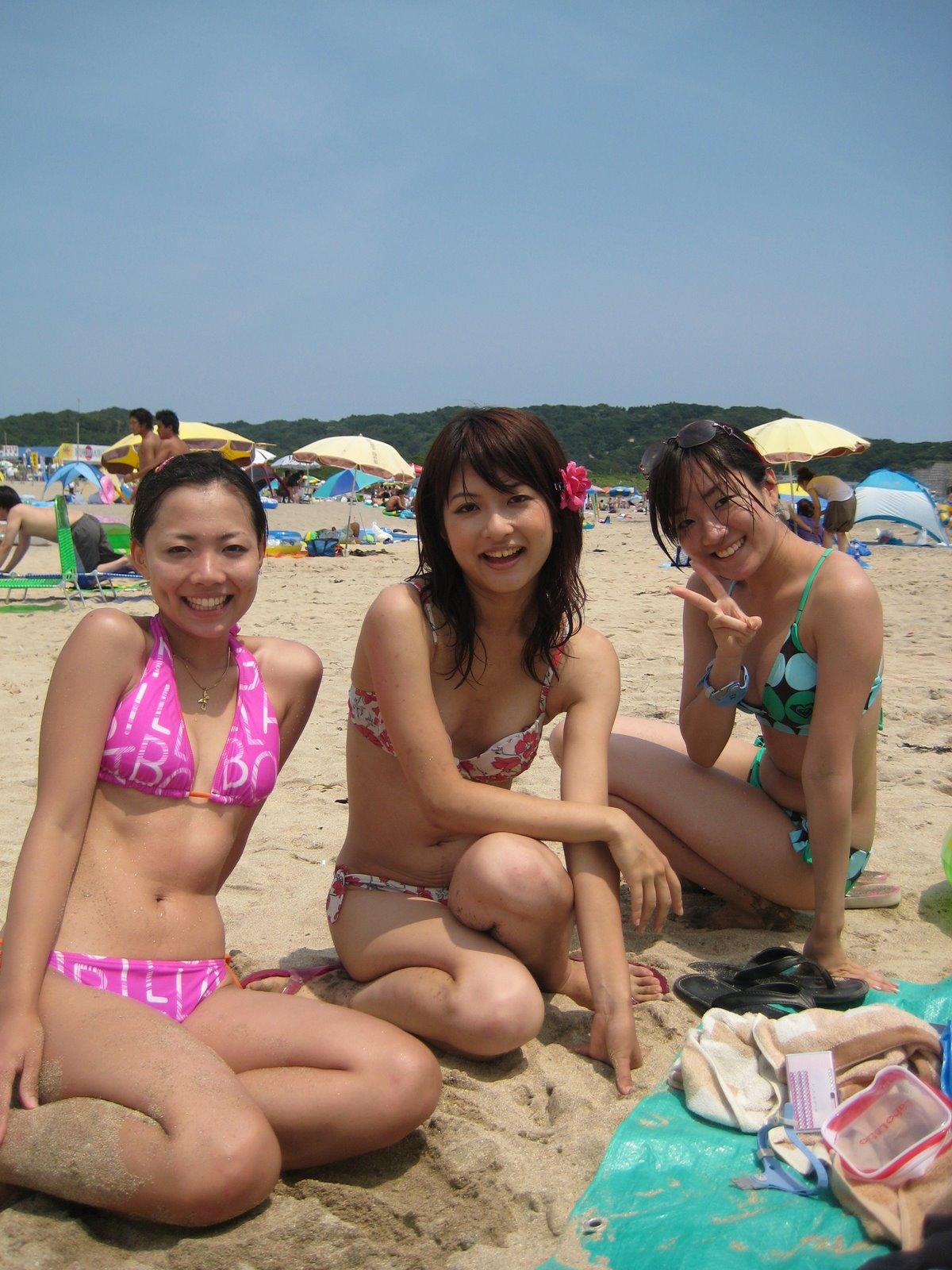 【胸チラ画像】胸元が緩めの女性は乳首までもがノーガードwww 09