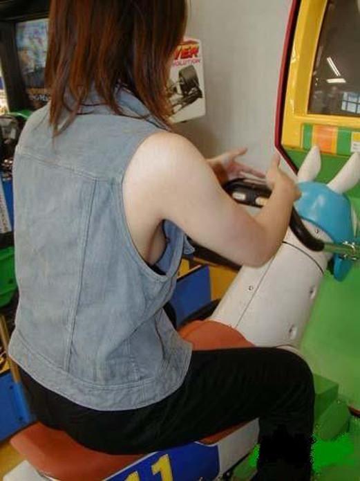 【胸チラ画像】胸元が緩めの女性は乳首までもがノーガードwww 13