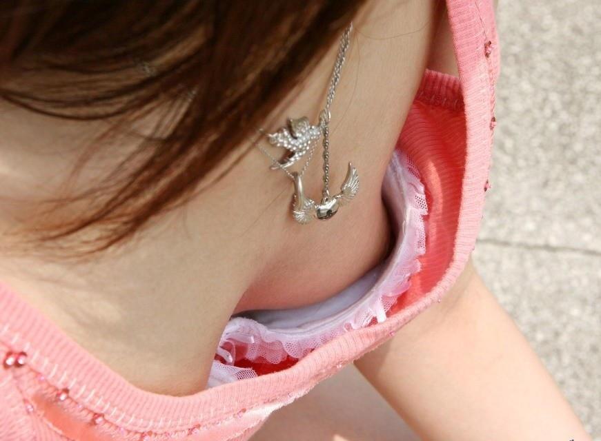 【胸チラ画像】胸元が緩めの女性は乳首までもがノーガードwww 21