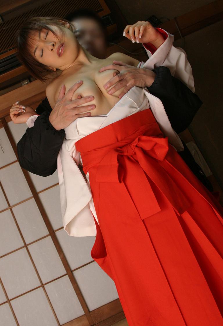 【コスプレ画像】神前でイヤらしく振舞い中www巫女さん画像 16