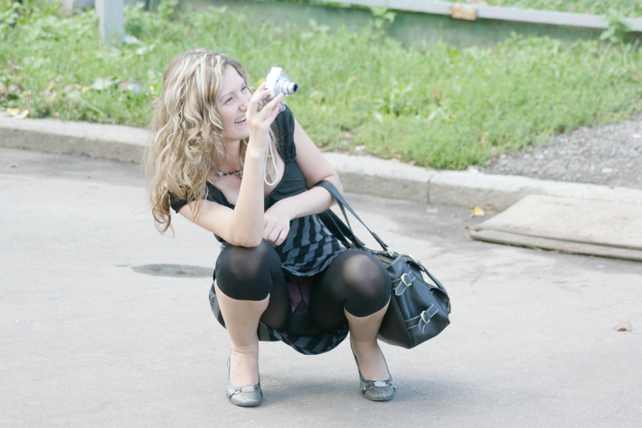 Фото девушка в короткой юбке нагнулась 12 фотография