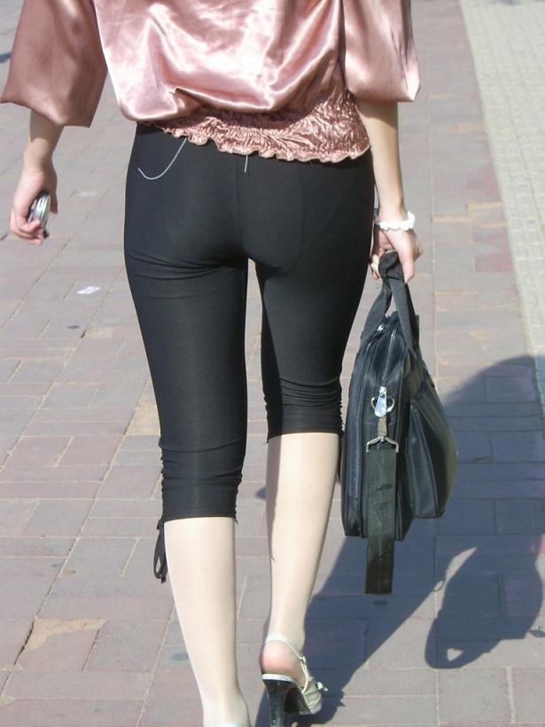 【街撮り画像】これはもはや下着だろwwwなレギンス纏ったムチムチ下半身たち 18