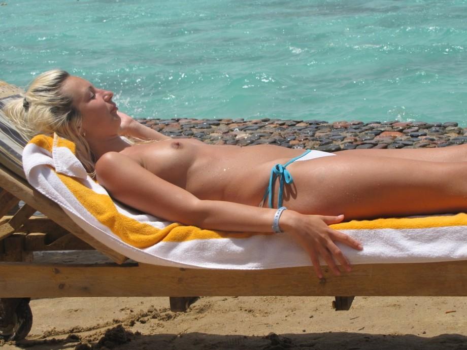 【外人おっぱい画像】海外移住を考えさせるようなビーチのトップレス美女たち 03
