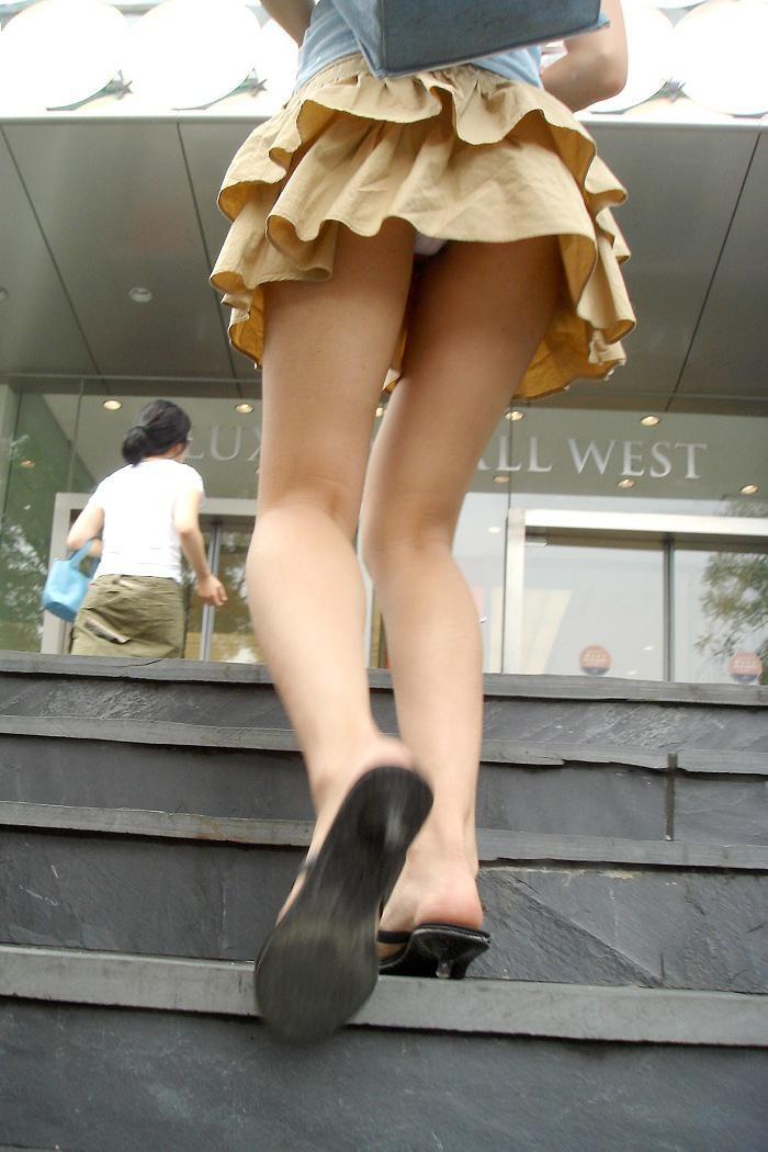 【パンチラ隠し撮り】階段の上にミニスカ…そりゃ見上げてしまいますwww 17