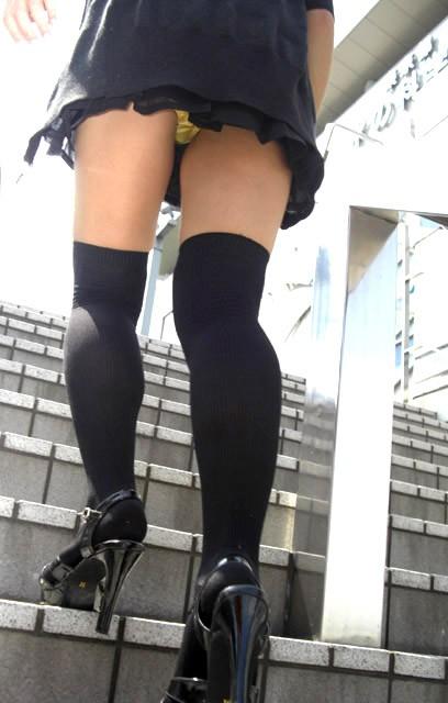 【パンチラ隠し撮り】階段の上にミニスカ…そりゃ見上げてしまいますwww 21