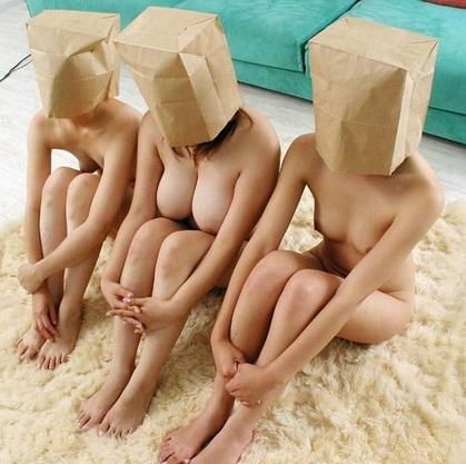 【集合エロ画像】ハーレム気分w裸のお姉さん達が全裸で集合している画像 09