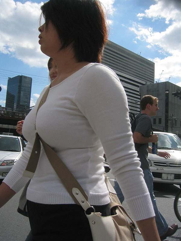 【街撮り巨乳画像】おっぱいがデカいたすきがけ姿の破壊力高すぎワロタwww 11