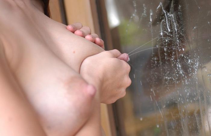 【マニア画像】ママさんのおっぱいから母乳が滴ったり派手に飛び散ったり