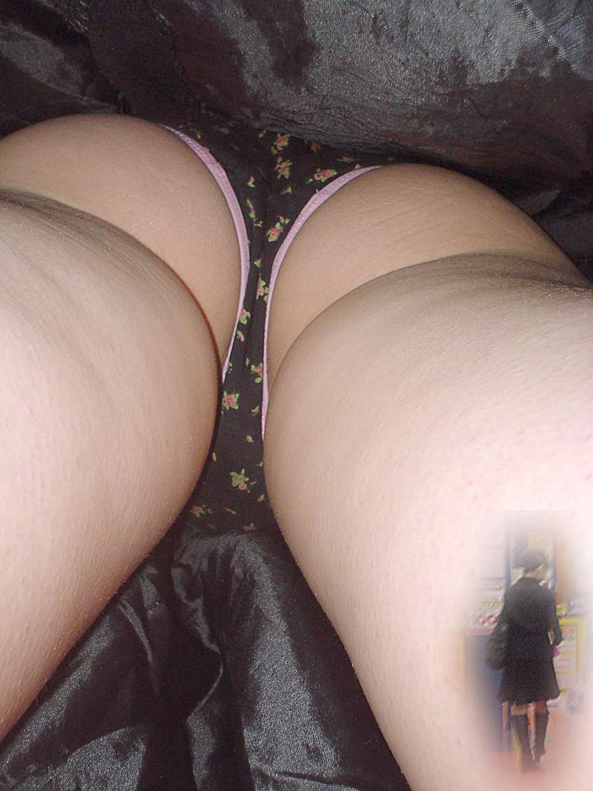 【逆さ撮りパンチラ画像】ほくろや毛穴の様子まで暴いてしまった超接写パンチラwww 09