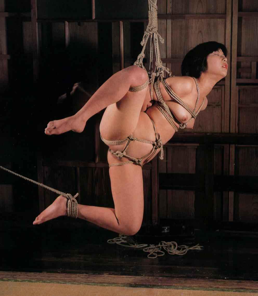 【SM緊縛画像】女性の苦しさが伝わってくる宙吊り系の緊縛ギャラリー 09