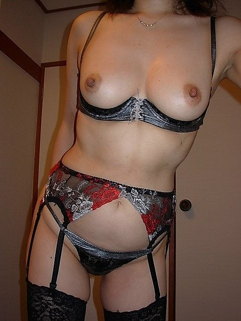 【下着フェチ画像】カップレスブラ着用した乳首の主張っぷりwww 01