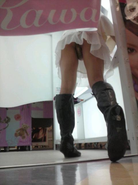 【パンチラ画像】何気なく覗いたスカートの奥がTバックだった時の感動は異常www 12