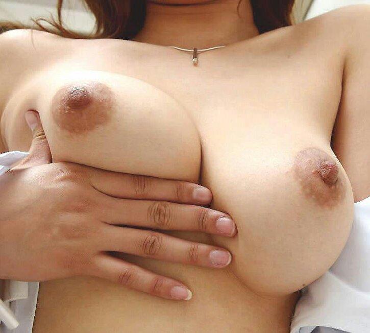 【巨乳揉み画像】巨乳美女のセルフ乳揉みがイヤらしすぎる件www 17