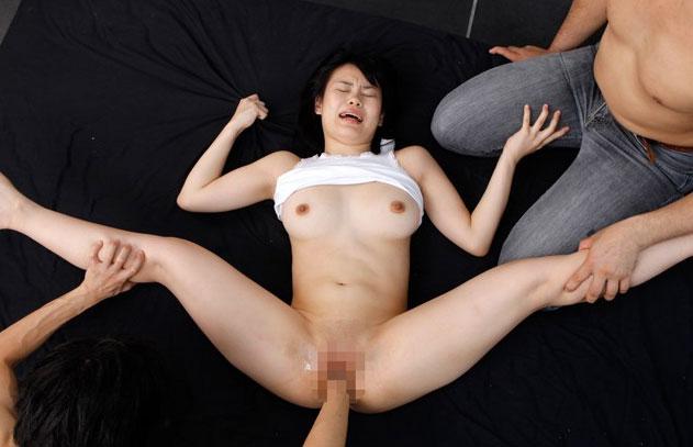 【フィストファック画像】肉棒よりもぶっとい拳で貫かれた変態美女たち 09