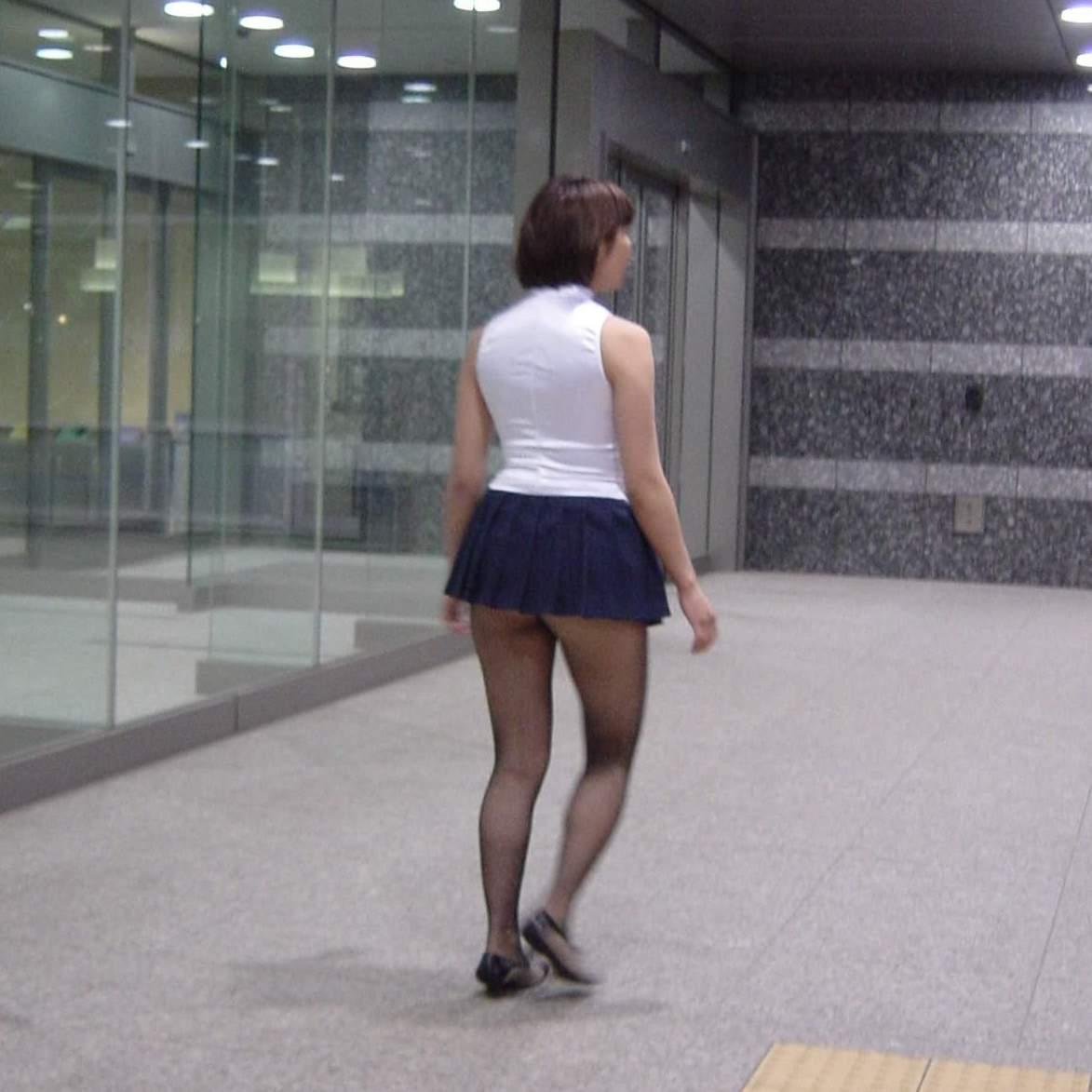 【パンチラ画像】立ってるだけでもモロ見える激ミニ素人www 03