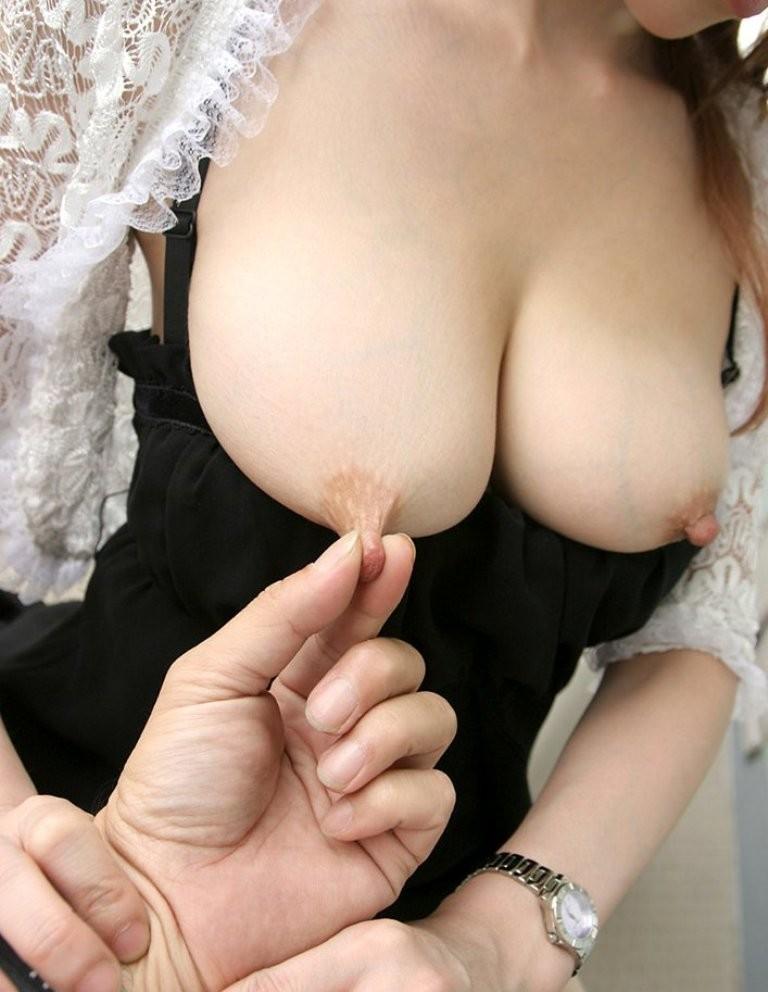 【乳首責め画像】女は乳首を摘まれると少し跳ねちゃう生き物www 08