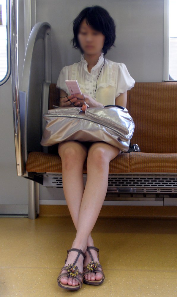 【電車内パンチラ画像】僅かに開いた▼ゾーンを狙い撃ち! 07
