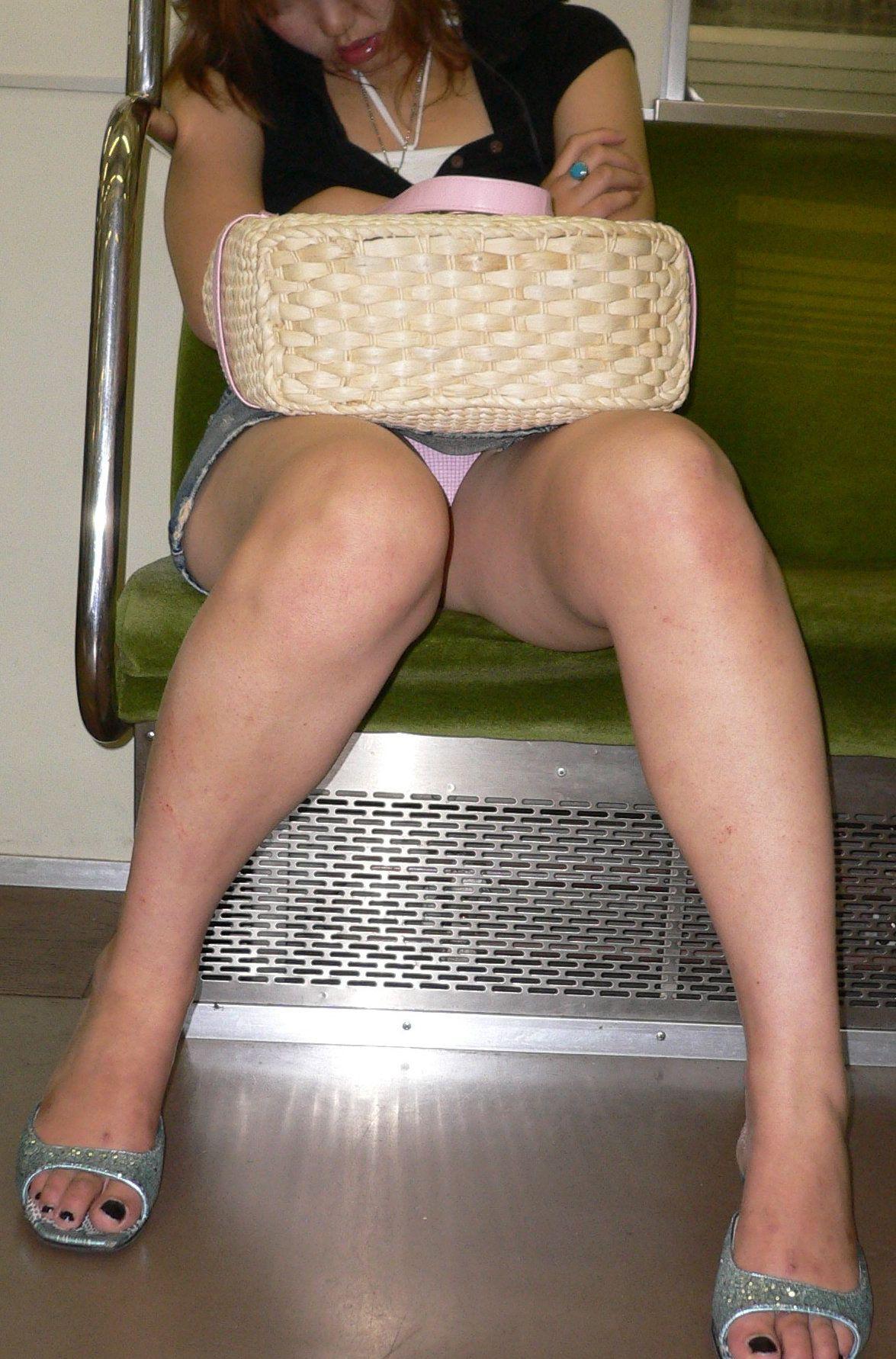 【電車内パンチラ画像】僅かに開いた▼ゾーンを狙い撃ち! 10