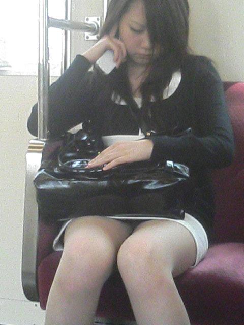 【電車内パンチラ画像】僅かに開いた▼ゾーンを狙い撃ち! 21