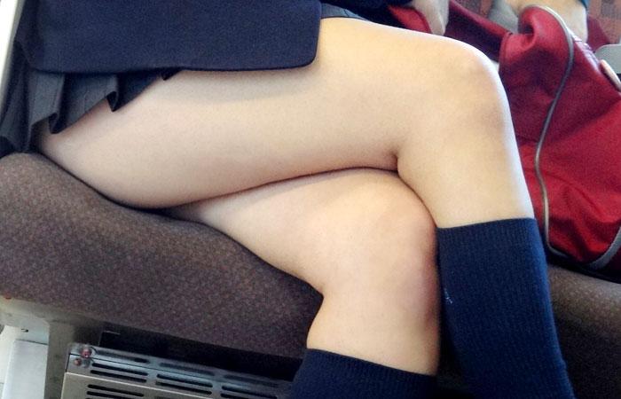 【電車内隠し撮り】脚組んでるムチムチ太股はパンチラよりもエロいwww