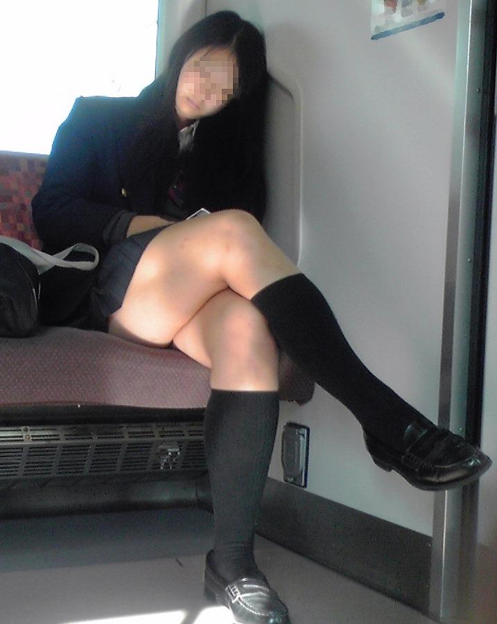 【電車内隠し撮り】脚組んでるムチムチ太股はパンチラよりもエロいwww 03