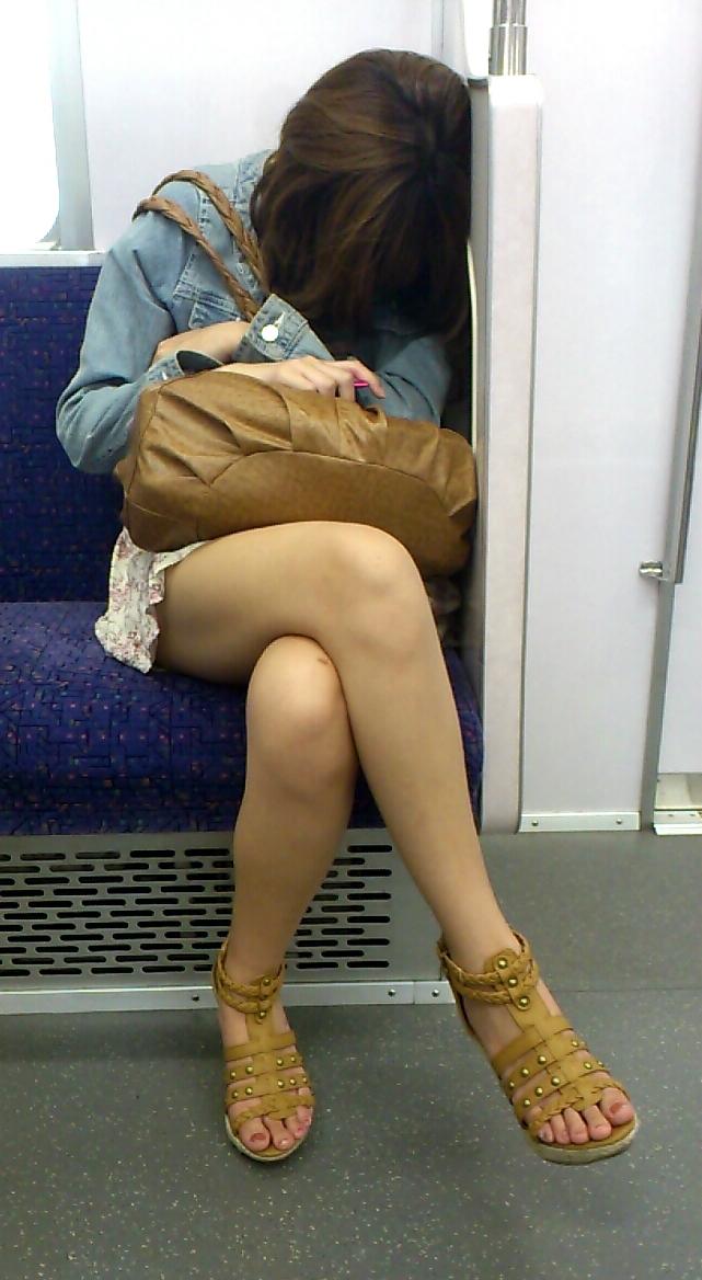 【電車内隠し撮り】脚組んでるムチムチ太股はパンチラよりもエロいwww 09