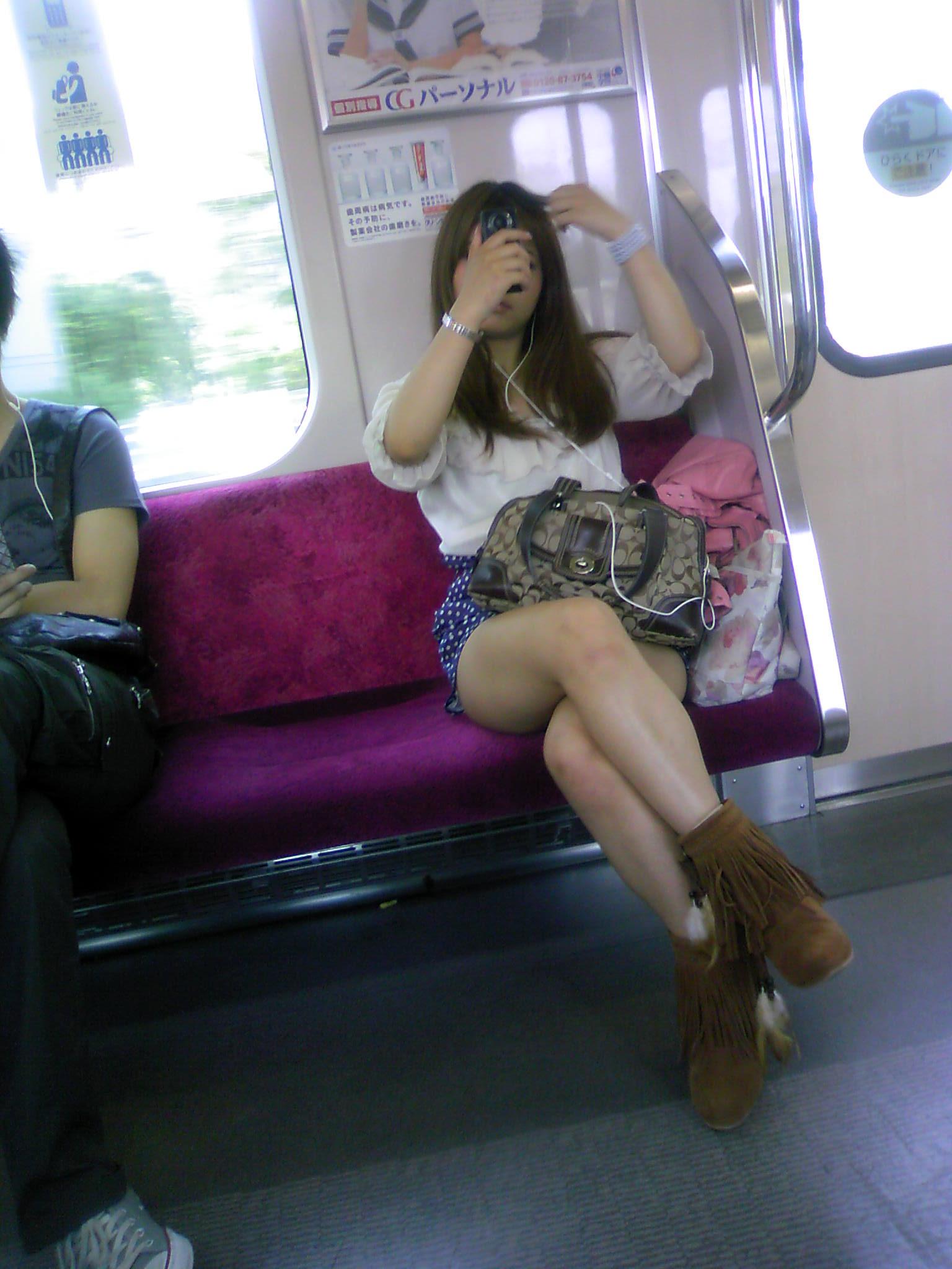【電車内隠し撮り】脚組んでるムチムチ太股はパンチラよりもエロいwww 11