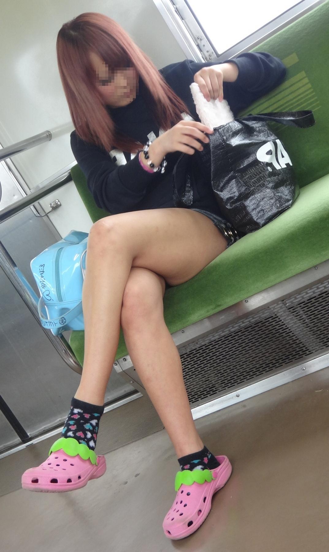 【電車内隠し撮り】脚組んでるムチムチ太股はパンチラよりもエロいwww 15