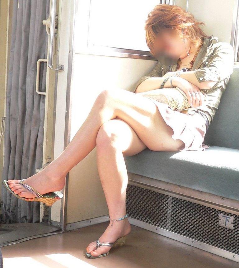 【電車内隠し撮り】脚組んでるムチムチ太股はパンチラよりもエロいwww 21