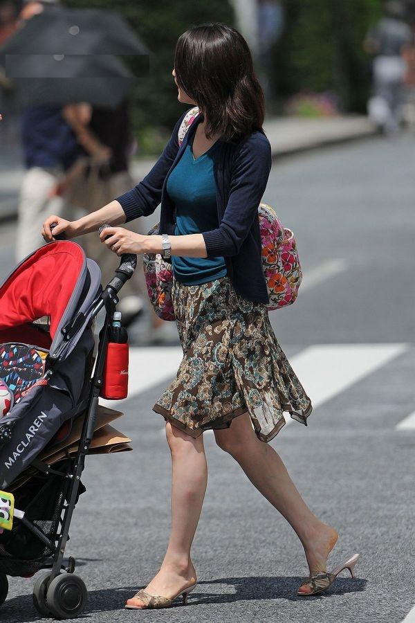【街撮り画像】街で見つけた無防備そうなママさんの姿に萌える 19