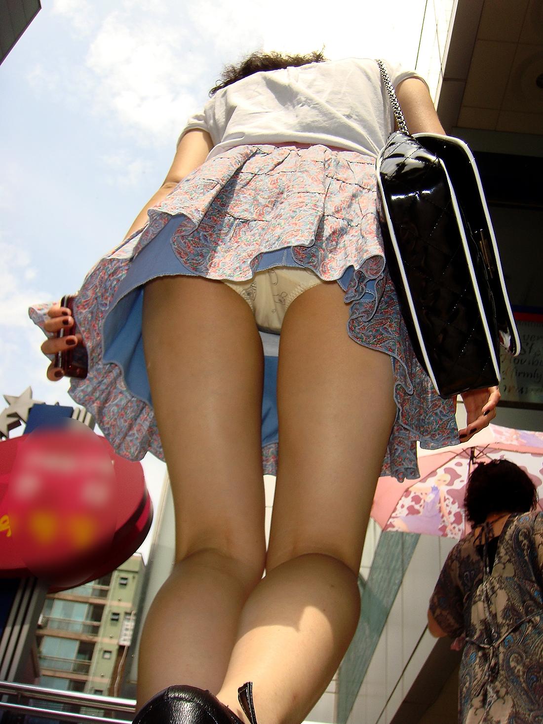 【パンチラ画像】しゃがんで見上げれば天国www階段ローアングルパンチラ 01