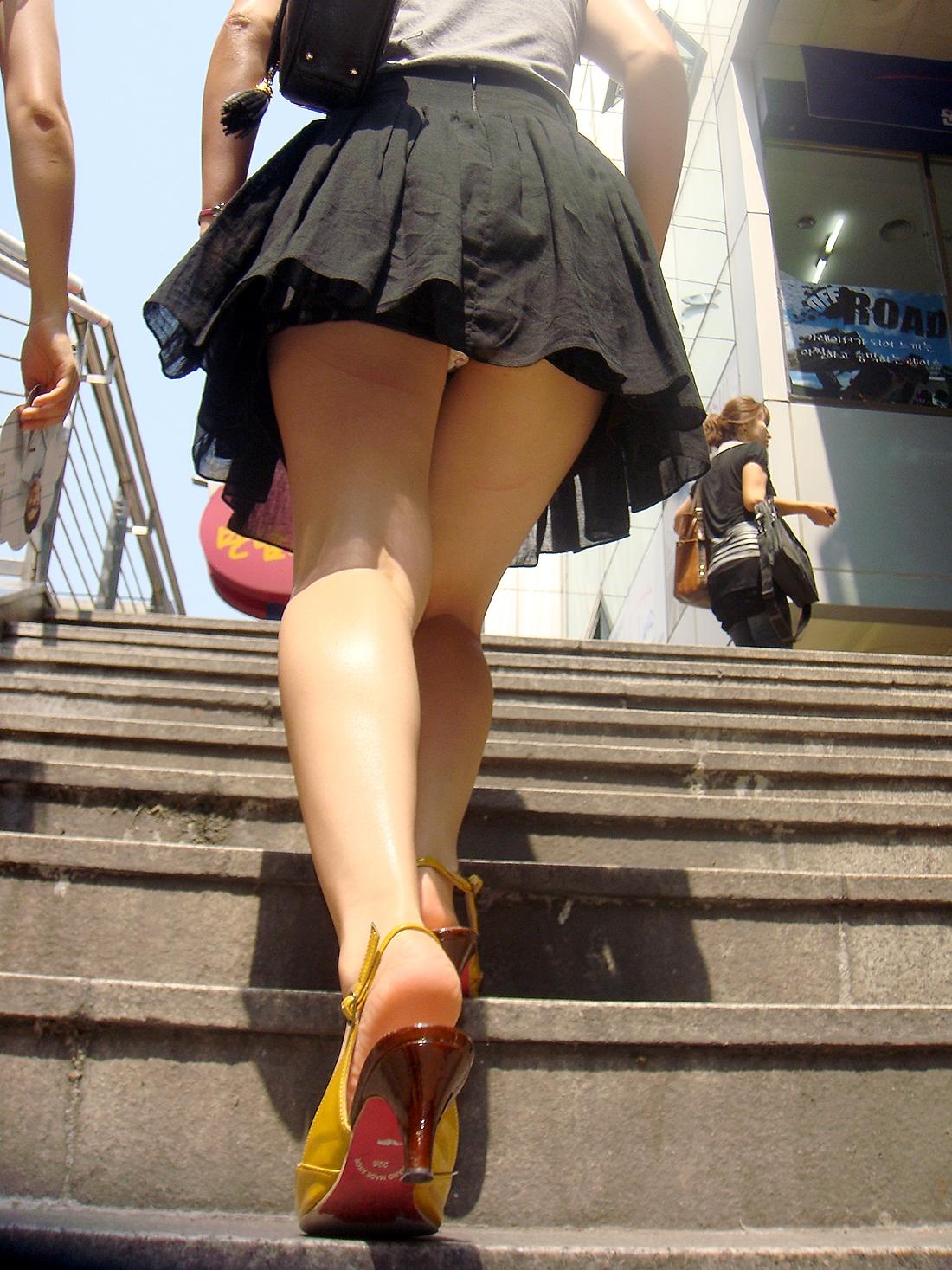 【パンチラ画像】しゃがんで見上げれば天国www階段ローアングルパンチラ 02