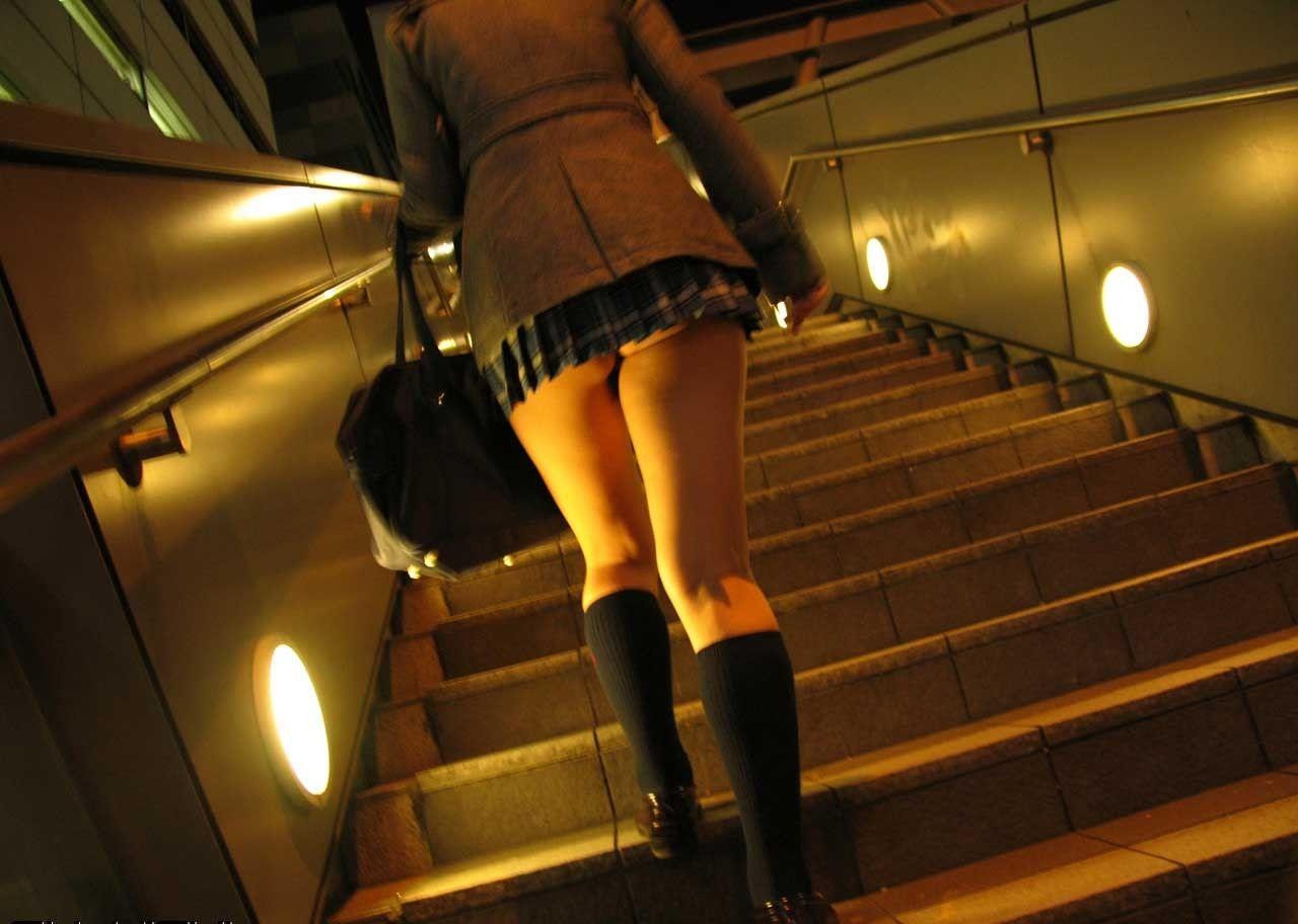 【パンチラ画像】しゃがんで見上げれば天国www階段ローアングルパンチラ 07