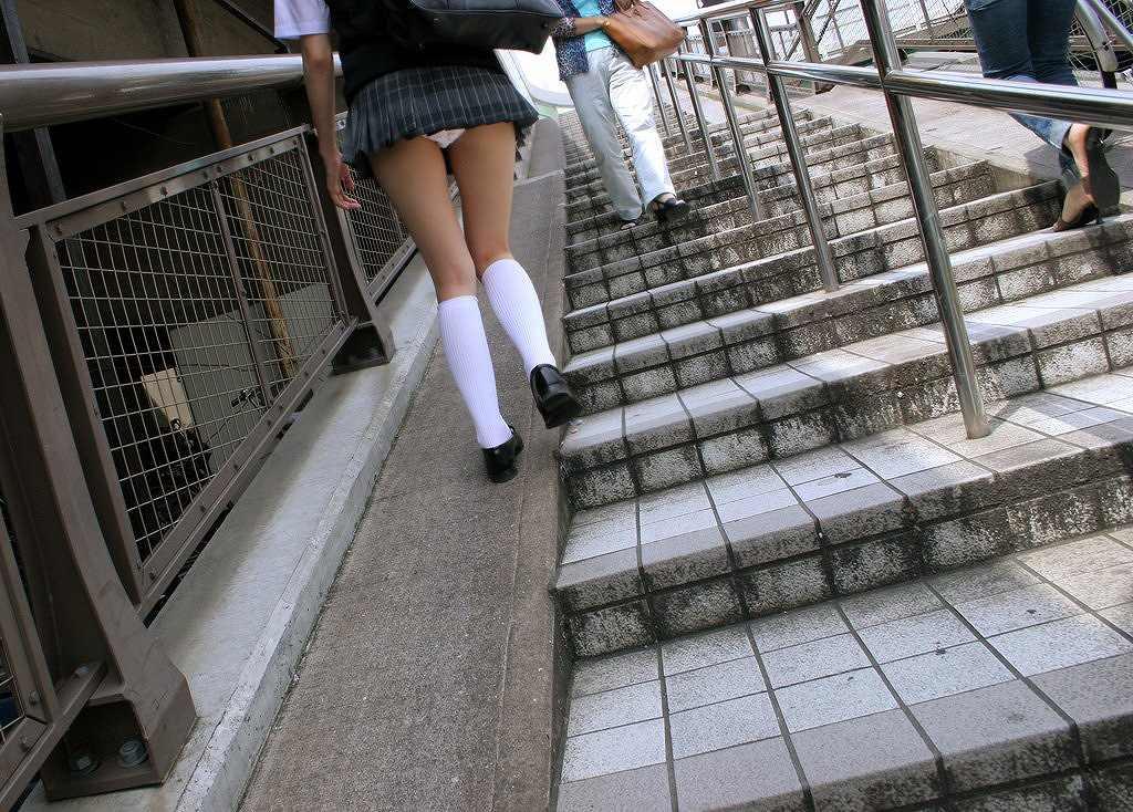 【パンチラ画像】しゃがんで見上げれば天国www階段ローアングルパンチラ 10