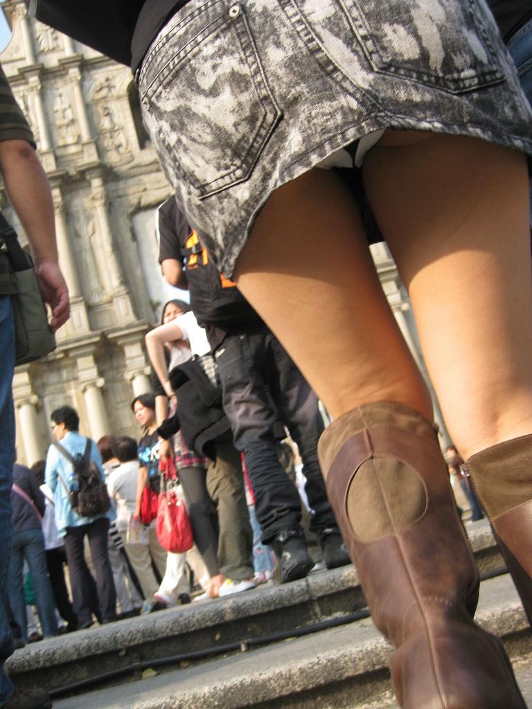 【パンチラ画像】しゃがんで見上げれば天国www階段ローアングルパンチラ 13