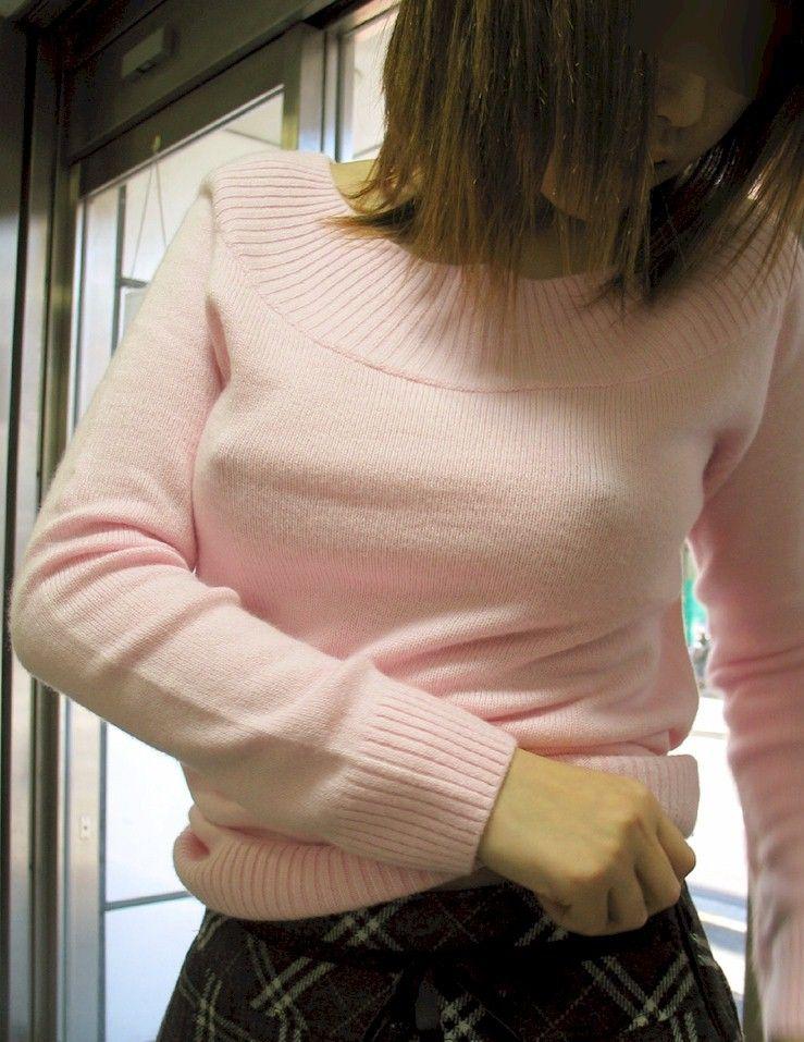 【着衣おっぱい画像】ノーブラおっぱいの乳首が主張しすぎたエロポチ画像 06