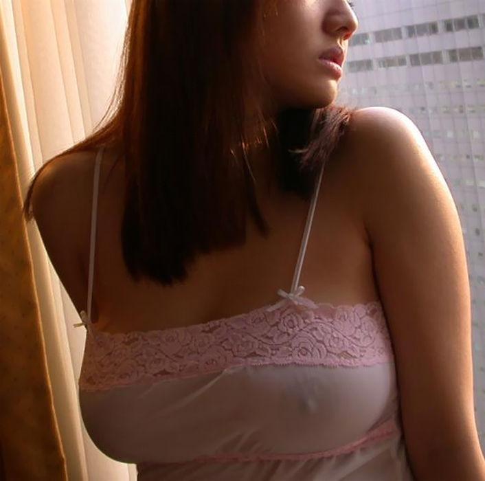 【着衣おっぱい画像】ノーブラおっぱいの乳首が主張しすぎたエロポチ画像 10