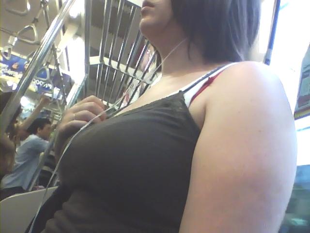 【電車内隠し撮り】混み合う車内で素人女の胸部を超接写!ついでに腋もwww 06