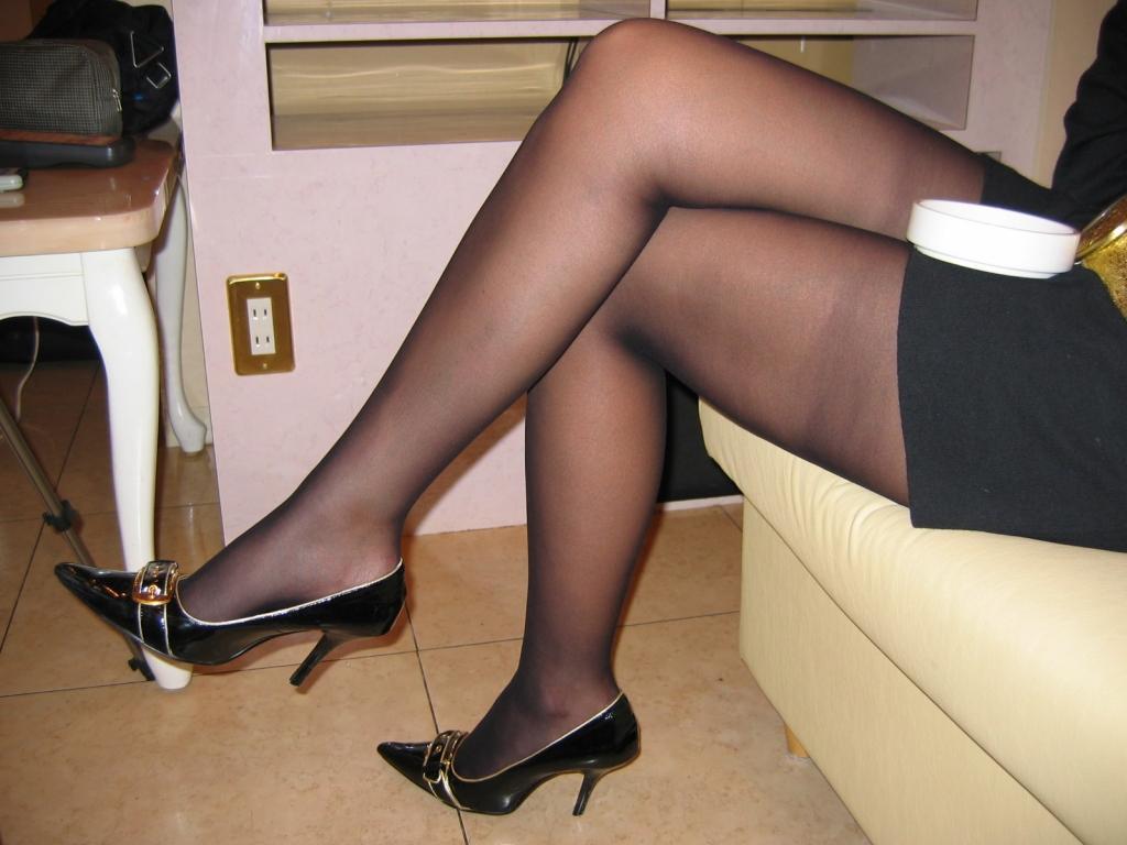 【パンスト美脚画像】色が薄めの黒パンストを纏った艶めかしい美脚画像 12