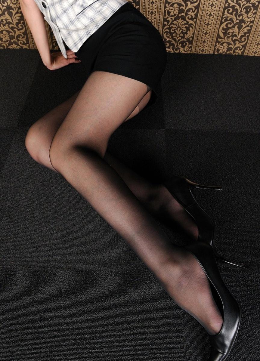 【パンスト美脚画像】色が薄めの黒パンストを纏った艶めかしい美脚画像 13