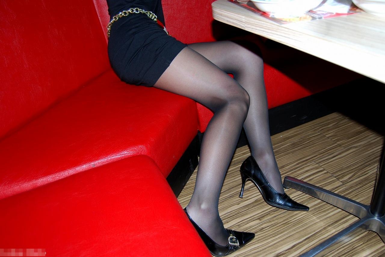 【パンスト美脚画像】色が薄めの黒パンストを纏った艶めかしい美脚画像 16