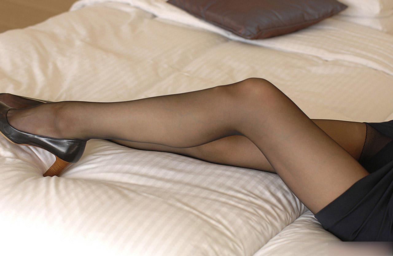 【パンスト美脚画像】色が薄めの黒パンストを纏った艶めかしい美脚画像 18