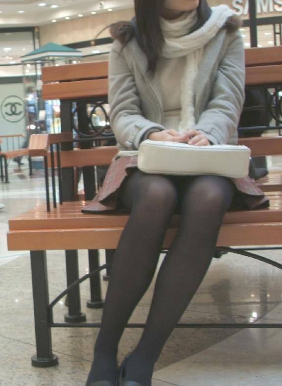 【座りパンチラ画像】無防備に座り込んで下着と股間を見せつけてくるエロい素人