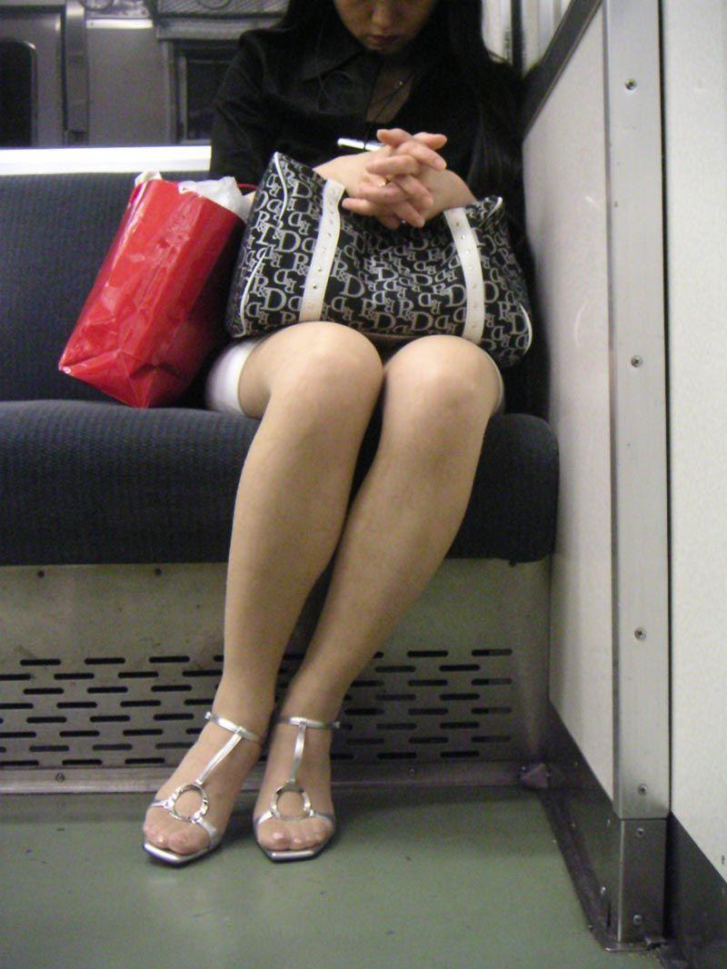 【電車パンチラ画像】電車で見つけた無防備なパンチラwww 01