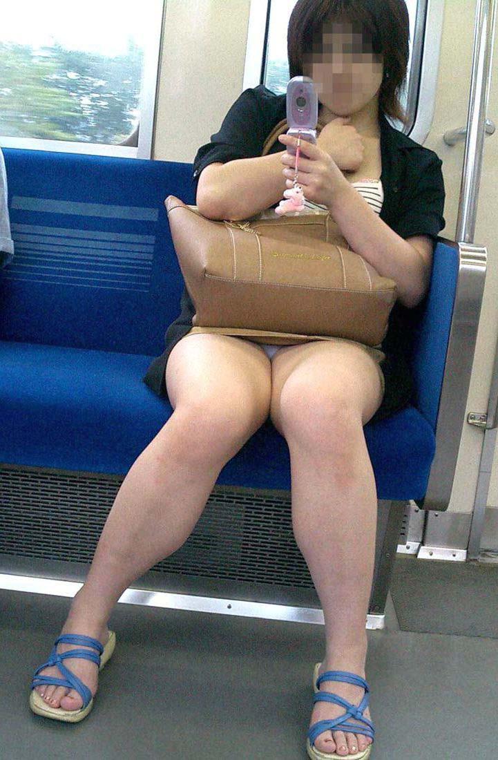 【電車パンチラ画像】電車で見つけた無防備なパンチラwww 04