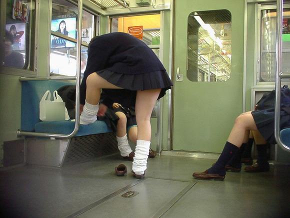 【電車パンチラ画像】電車で見つけた無防備なパンチラwww 12