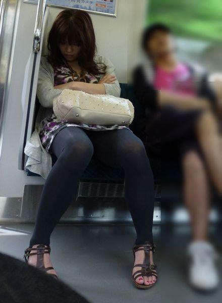 【電車パンチラ画像】電車で見つけた無防備なパンチラwww 14